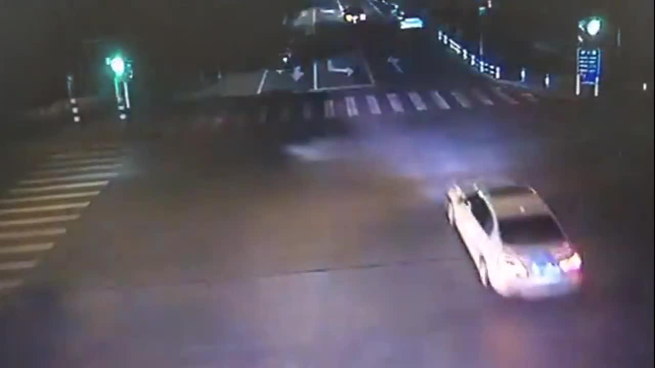 #车祸#电动车和左转小轿车发生猛烈碰撞碎片乱飞