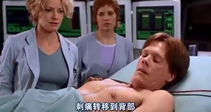 他在高科技的手术台上 活生生的被变成骷髅 最后消失不见