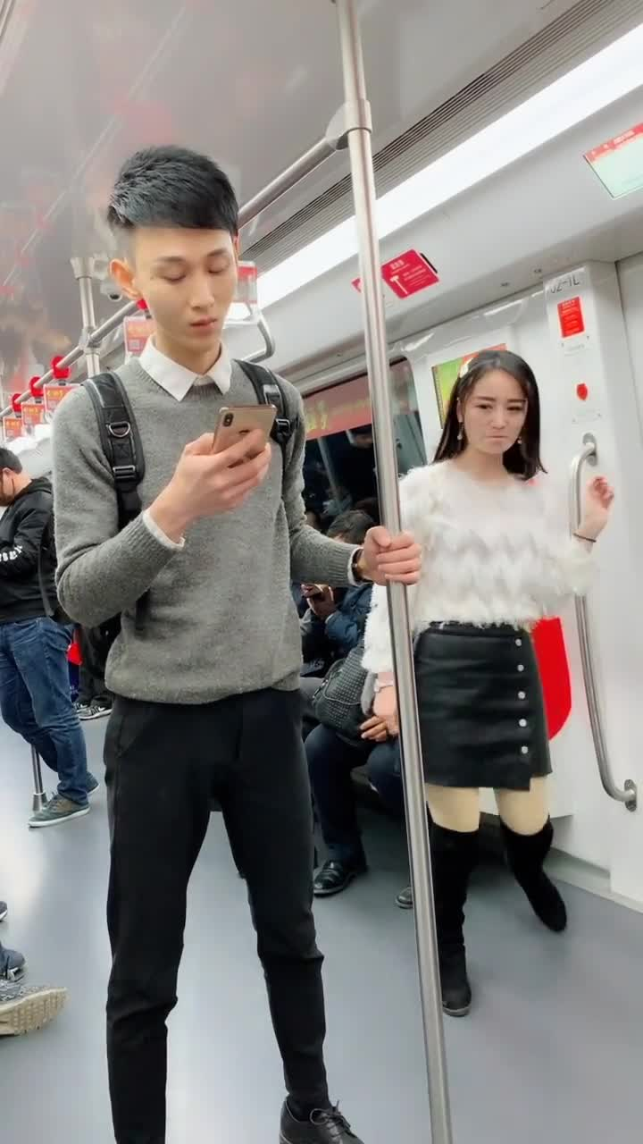 #我的少女心#老司机妹子地铁看到帅哥之后,竟然这样撩妹