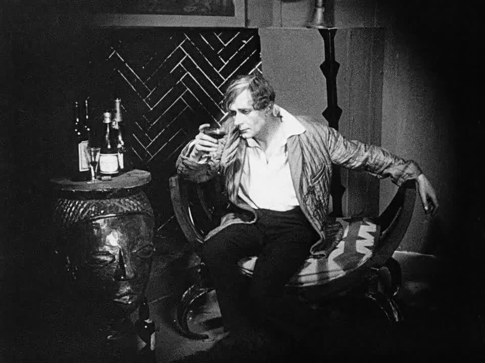 男子独自饮酒,十分悲伤,事情能解决吗