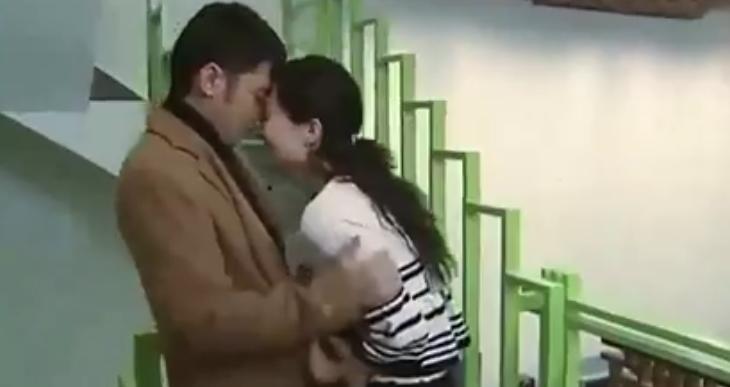#经典看电影#美女和情人见面后就情不自禁了,竟在楼梯上就开始做这事