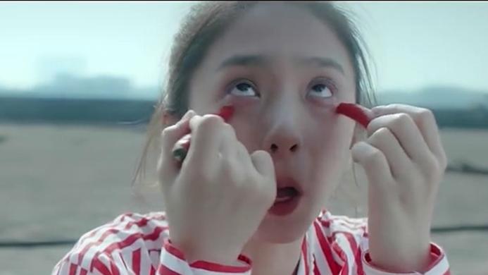 #经典看电影# 女孩的眼泪可以变成珍珠,为了得到珍珠,她不惜用辣椒抹眼睛