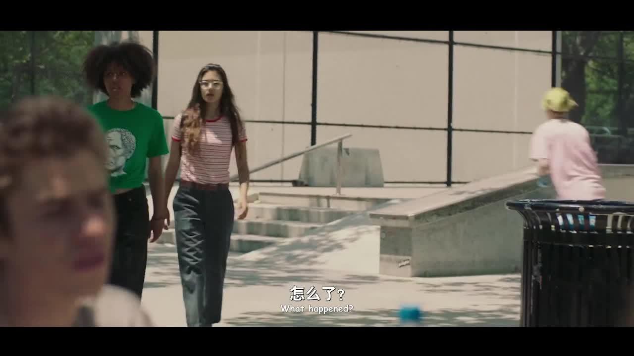 因滑板被收掉,女孩无奈求助,并再次展现滑板技术