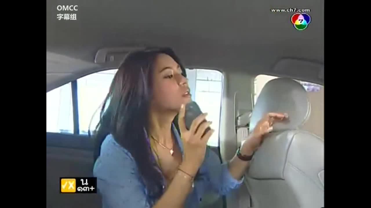 女主在车内,跟谁打着电话,找到一个东西