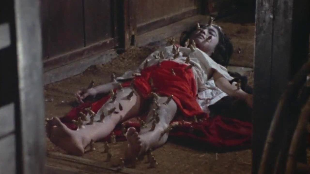#惊悚看电影#男子在家中挖出干尸,刚开始大家毕恭毕敬,后来却人人喊打