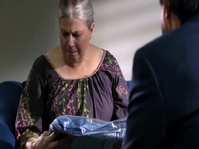 女子母亲看到这些遗物,瞬间脸哭了,果断认出这不是女儿的衣服!