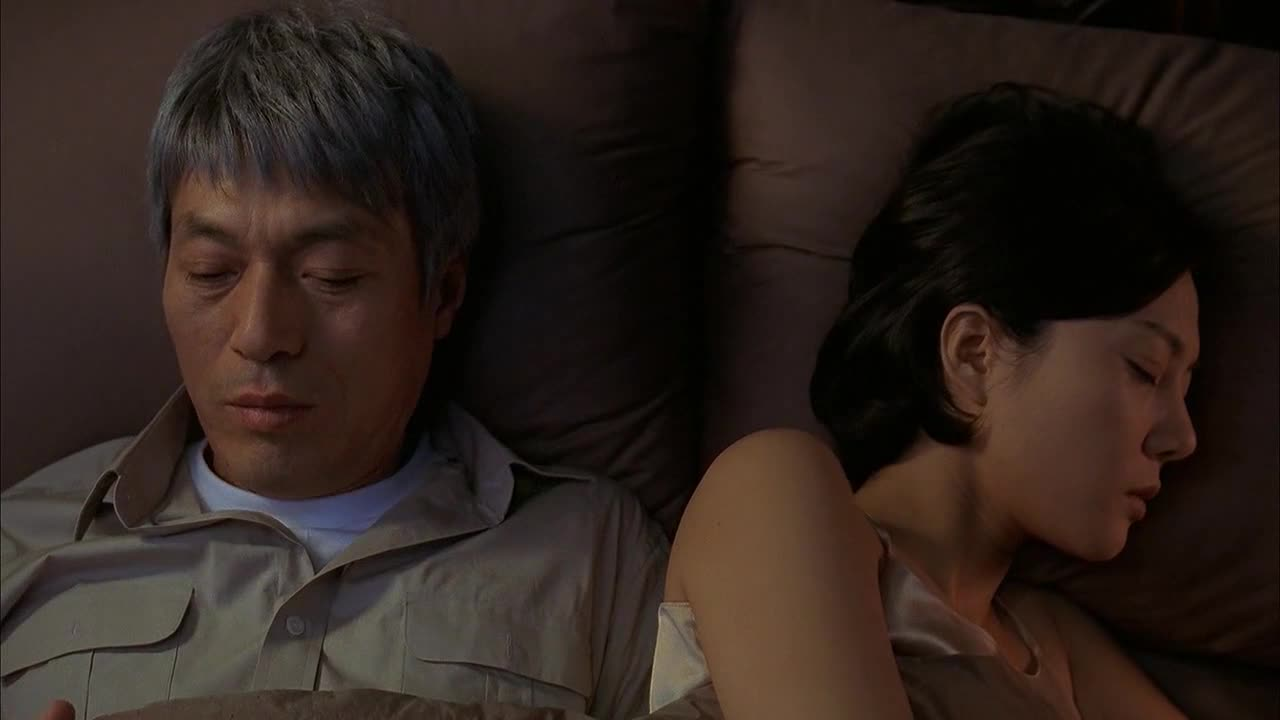 妻子趁大家都睡着,一个人悄悄下床,看样子是想图谋不轨啊