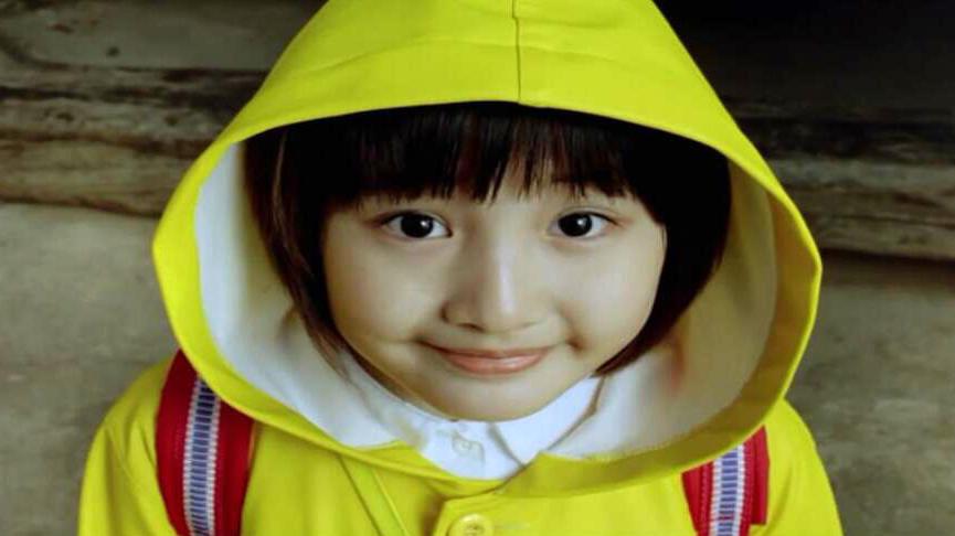 #电影最前线#8岁女孩不管晴天雨天,一直穿着黄色雨衣,这背后有一个大秘密