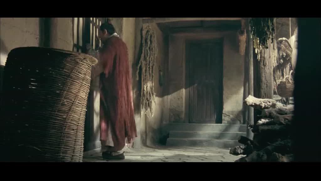 男子到了自己家中,夫人告诉他官兵来过,不好了