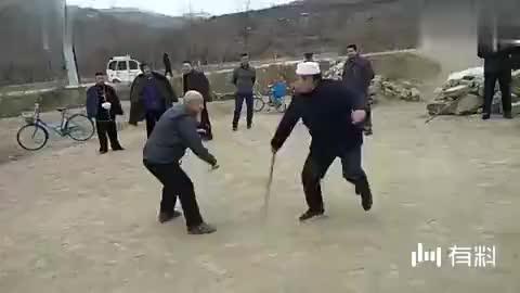 民间两位老武师,现场切磋实战棍术,你看这身手咋样