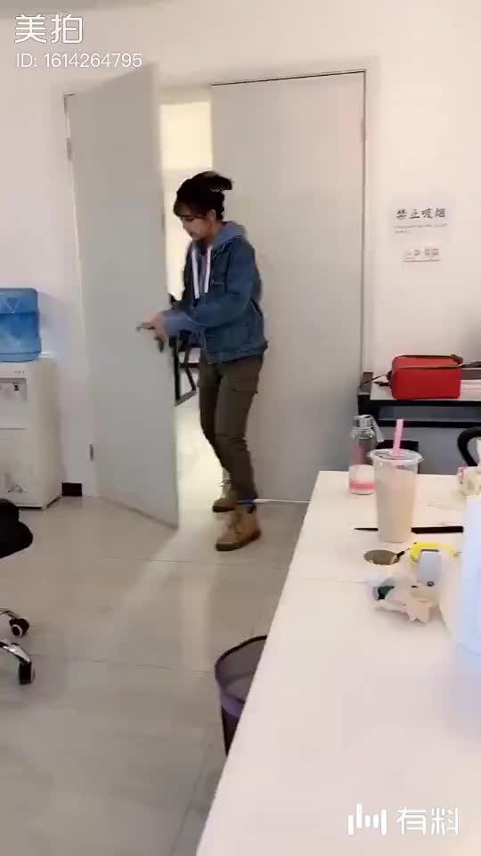 不好了,老板被打了!