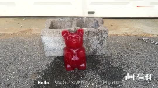 当小熊软糖遇到超活泼金属钠, 倒一点水, 你猜软糖还能吃吗?