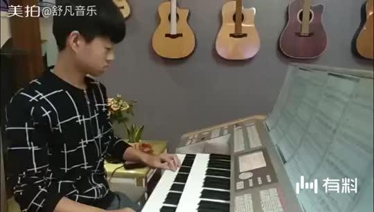 小音乐人帅帅双排键练习,台上十分钟,台下十年功