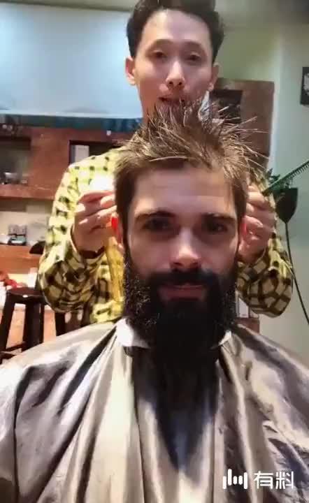 外国邋遢大叔来剪发,剪完之后,瞬间变身帅气硬汉