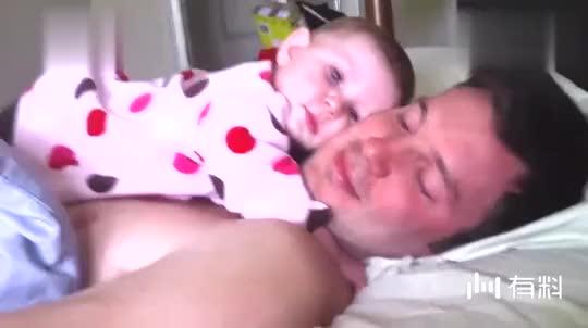 女婴一听到老爸弹手指,就会做出让所有父母羡慕不已的超可爱举动