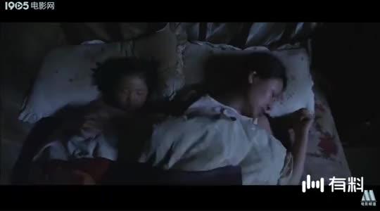 老公好久没有回家,女人在床上睡不着,半夜偷偷下河发泄情绪