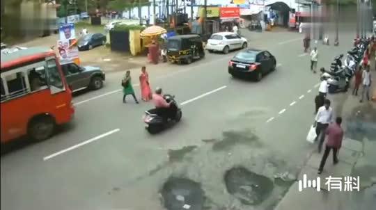 女子过马路被碾压,家人调取监控后,心都碎了
