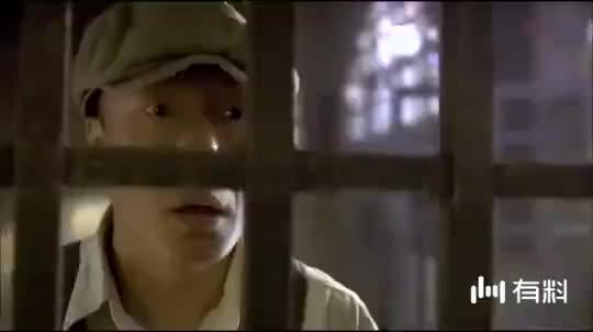 父子狱中相见,为保全儿子父亲甘愿坐牢,小伙无奈离开