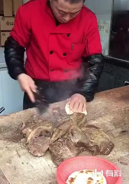 腊牛肉肉夹馍,大师傅的动作手艺的传承,更是对美食的仪式感