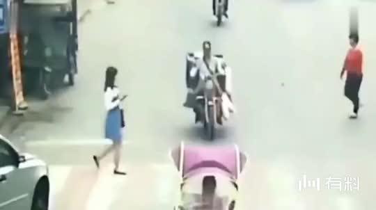 妹子低头玩手机过马路,谁知遇到狠角色,悲剧发生了