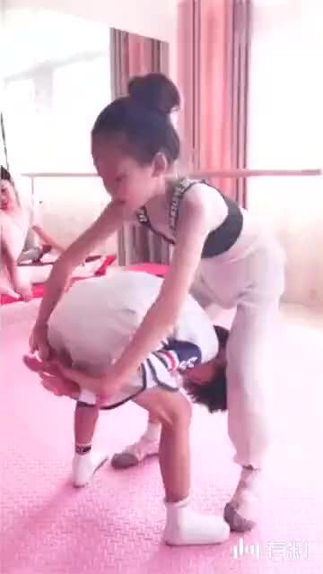 小萝莉和她弟弟玩耍,真羡慕她弟弟!