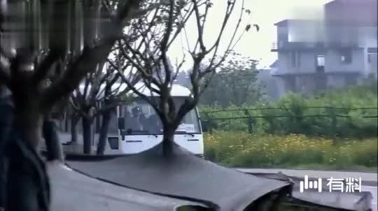 特种兵坐车回家探亲,半路上来俩劫匪,一看到特警立马怂下车了