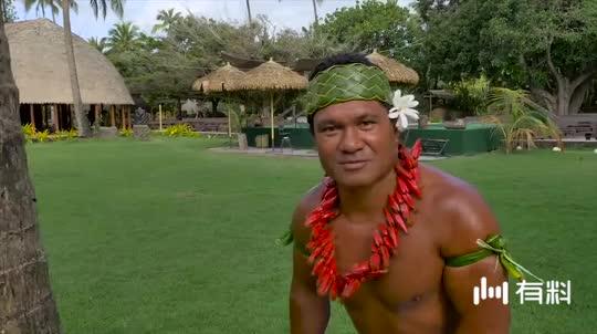 国外大叔爬椰子树摘椰子,这玩意光溜溜,一般人还真上不去