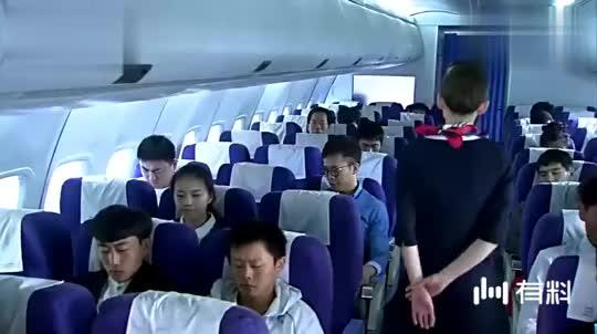 在飞机上,空姐多次提醒男子收起小桌板,他却不听,小伙怒了