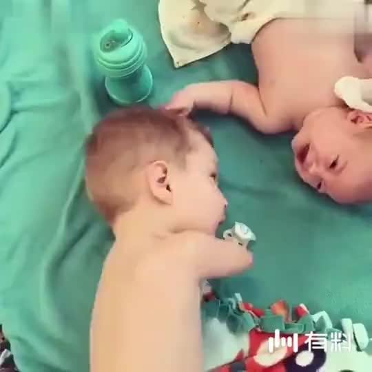 没有手的小哥哥看小宝宝要哭,马上拿奶嘴给他,心被萌化了