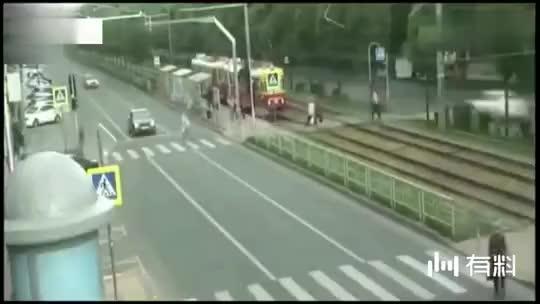 男子冲刺过马路,被监控拍下这可怕一幕