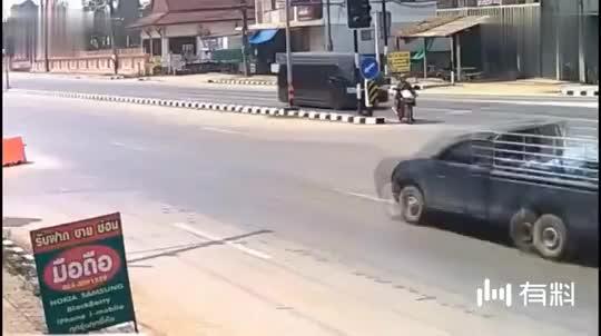 一家三口骑摩托车在马路上任性开,都不考虑下孩子吗?