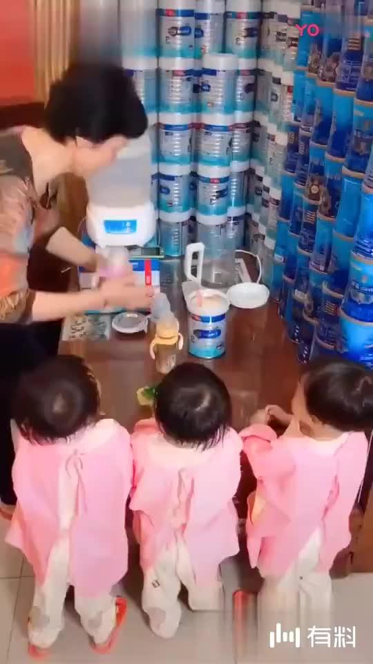 四胞胎小萝莉一言不合就开始动手,都穿尿不湿的谁怕谁!
