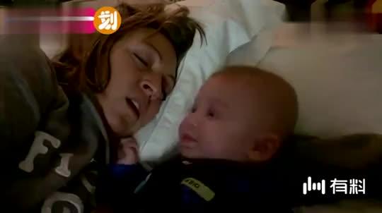 妈妈大声打呼噜吵到了一旁的小宝宝,下一秒宝宝反应,爸爸笑翻