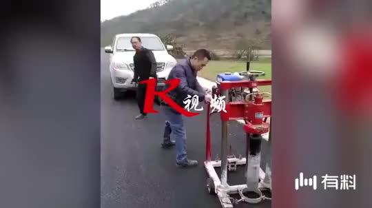 惊险!工人点火拉带状装置 路过男子被抽脸瞬间懵圈