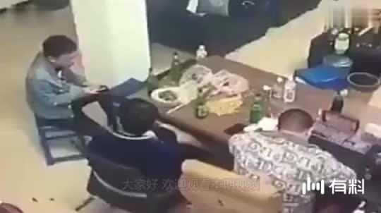 酒精害人,两男子酒桌上闹翻,直接下狠手!
