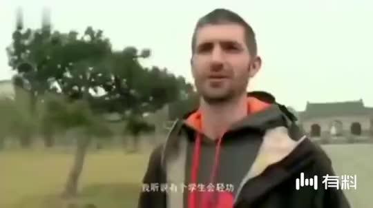 外国跑酷达人挑战中国轻功,道长露了一手,外国小伙看蒙!