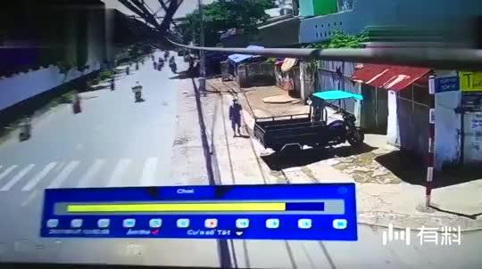 大白天,越南农夫正在家里干活,大门口的监控拍下缺德画面!