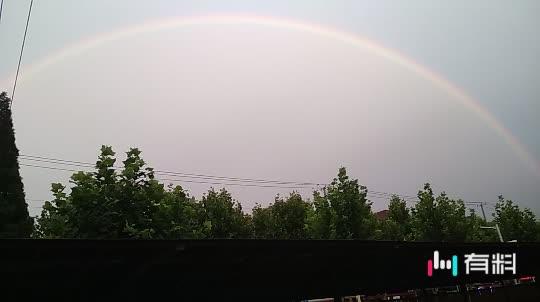 #谁持彩虹当空舞!#雨中出现彩虹。