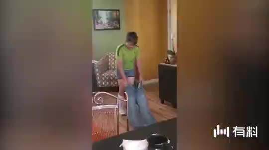 搞笑失误:这穿裤子方法太厉害了,不作就不会死
