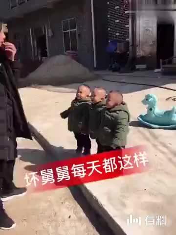 舅舅在家带三胞胎,你见过这么坏的舅舅吗