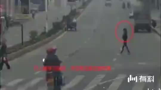 长腿女子已经看到骑车男子,却还是扑了上去,这什么情况?