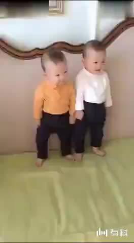 刚会站的双胞胎宝宝就想模仿张嘉译走路,这动作让妈妈乐翻了