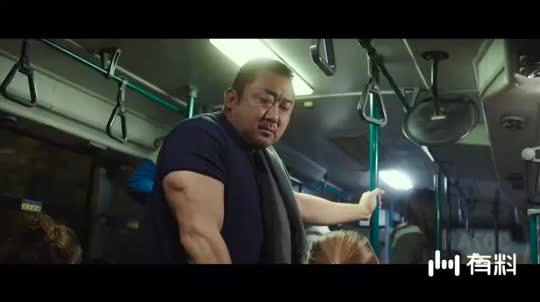 #电影片段#力气大到连公交车拉手都拉断